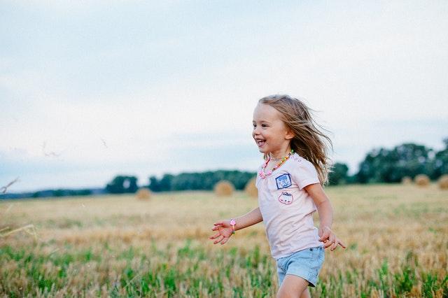 dziecko biegnie